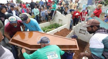 Um multidão acompanhou o sepultamento sob forte comoção