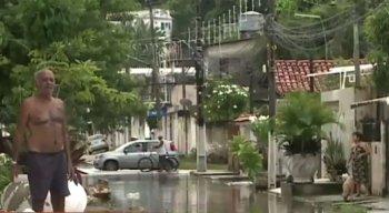 moradores ainda transitam em ruas alagadas