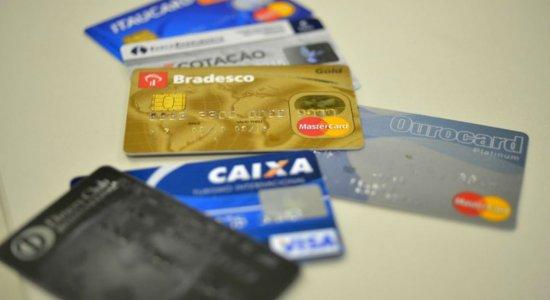 Taxa média do cartão de crédito rotativo subiu 0,3 ponto percentual em relação a maio, chegando a 300,1% ao ano