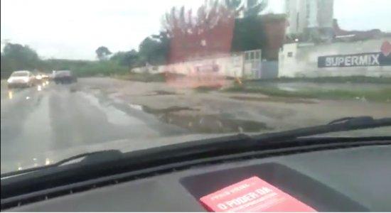 Buracos na estrada da PE-60 sentido Cabo de Santo Agostinho dificulta vida de motoristas