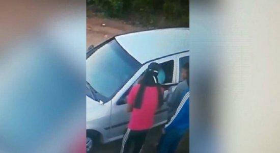 Vídeo: homem é assaltado por trio com espingarda quando saía de casa