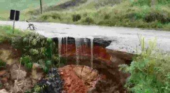 Cratera cedeu e as pessoas que passam pela rodovia correm risco de cair.