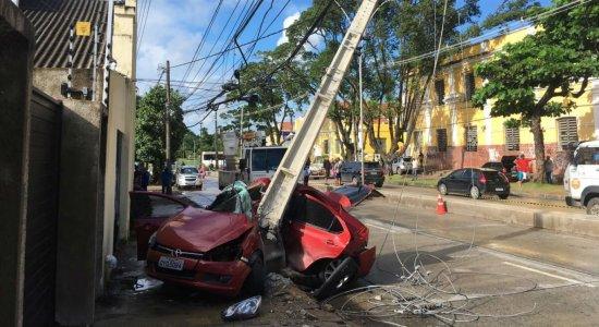 Carro colide com poste e deixa motorista ferido na Avenida Norte