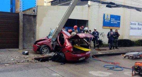 Motorista colide com poste e fica preso às ferragens na Avenida Norte
