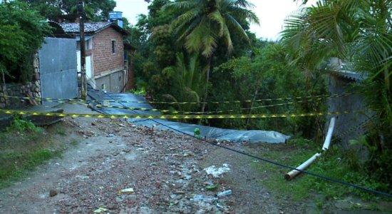 Prefeito de Olinda visita barreira que caiu em Passarinho