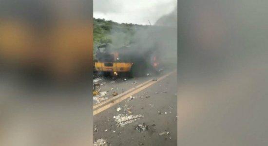 Vídeo registra explosão de carro-forte no Sertão