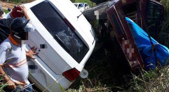 BR-232: Carros tombam no canteiro central e motoristas ficam feridos