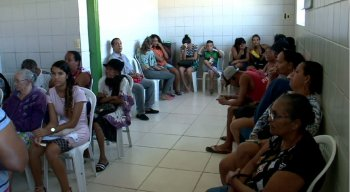 pacientes esperam horas em filas para conseguir atendimento