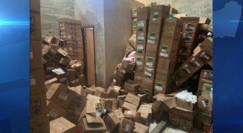 Inúmeras caixas com medicações estão acopladas irregularmente
