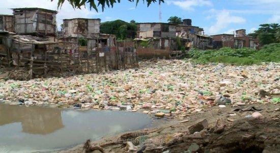 Rio Beberibe está tomado de lixo