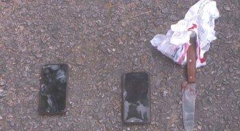 Com ele, foram encontrados dois celulares e uma faca