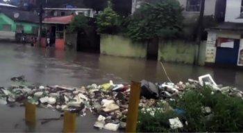 Rua Uruguai alagada por conta do canal beira rio que transbordou