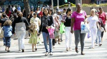 O número de desalentados - pessoas que desistiram de procurar trabalho - se manteve recorde no percentual da força de trabalho, com 4,4%, que soma 4,9 milhões
