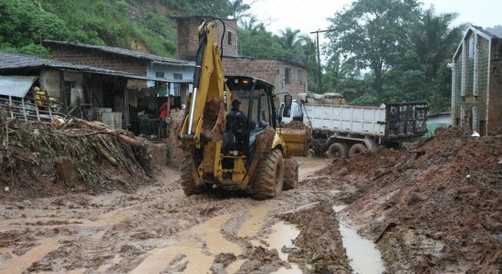 Após chuvas, Prefeitura de Abreu e Lima trabalha na remoção da lama