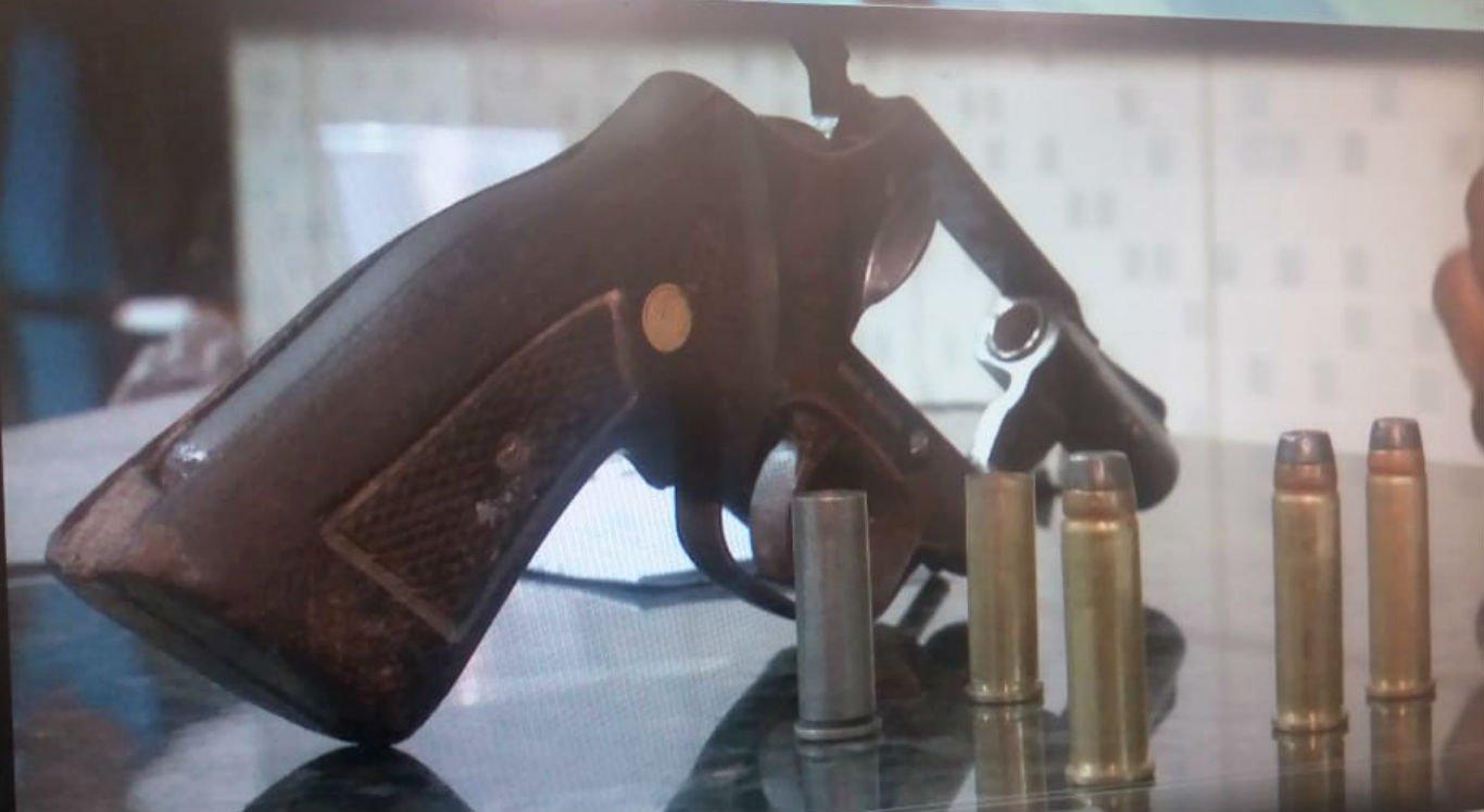 Arma e munições dos suspeitos foram apreendidos pela polícia