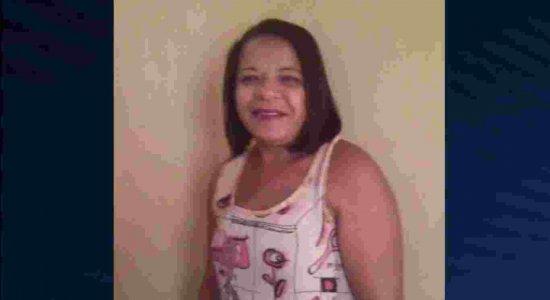 Parentes vão ao IML buscar o corpo da vítima de feminicídio em Aliança