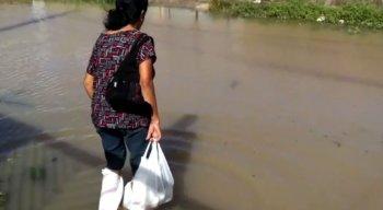 esta moradora precisa usar sacolas nos pés para conseguir atravessar