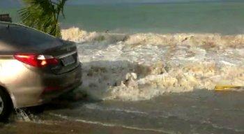 Motoristas pararam para registrar a altura das ondas