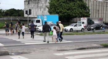 Pedestres correm para conseguir atravessar a via