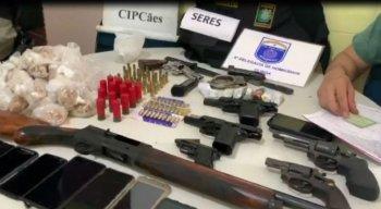 Drogas, armas e materiais roubados foram encontrados.