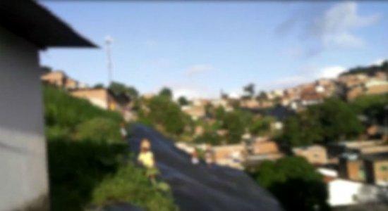 Morador flagra crianças brincando em barreira na Linha do Tiro