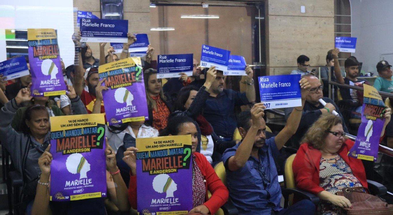 Durante a sessão, a população levou placas e cartazes em apoio ao projeto