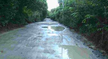Moradores e comerciantes da Estrada do Sossego, em Itamaracá sofre com buracos e lamas.