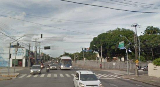 Mulher é socorrida após ser estuprada e espancada em avenida no Recife