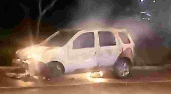 Veículo de aplicativo pega fogo na Zona Oeste do Recife