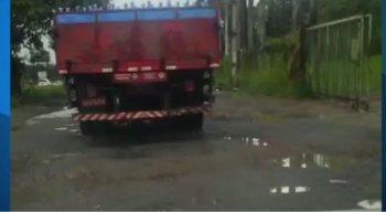 os trechos esburacados  da BR-232 dificultam a passagem de carros e caminhões