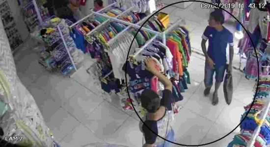 Mulheres são flagradas cometendo furto de roupas em loja infantil