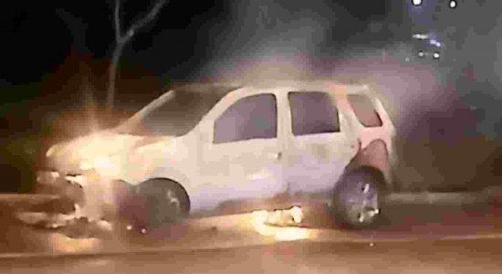 Veja as imagens do fogo em carro de aplicativo na Zona Norte do Recife