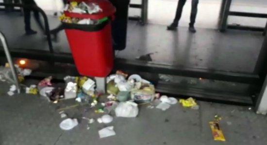 Vídeo registra fezes, resto de alimentos e lixo acumulado no chão das estações de BRT's