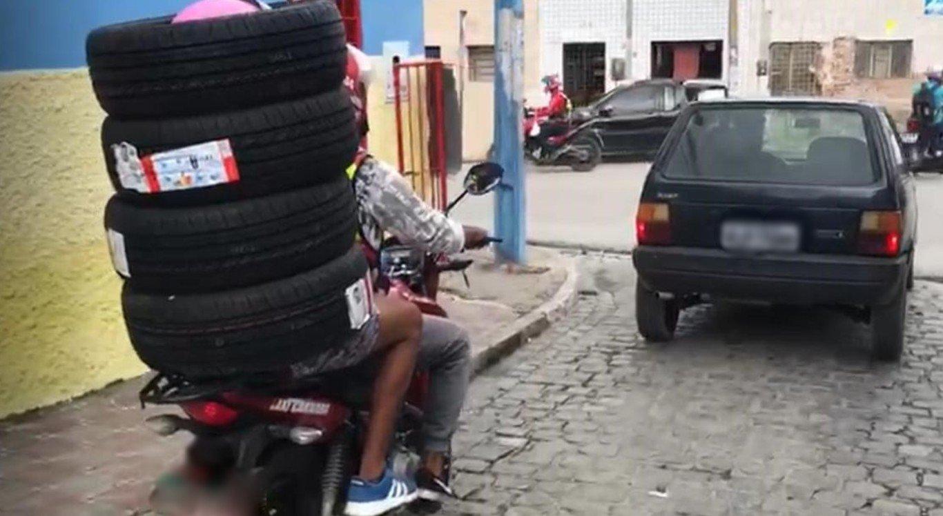 Homem se envolveu em pneus para carregá-los em moto