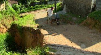O buraco oferece perigo principalmente para idosos e crianças da região, que temem pelo aumento da cratera