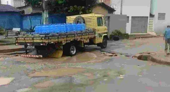 Buracos tomam conta de rua em São Loureço da Mata; confira