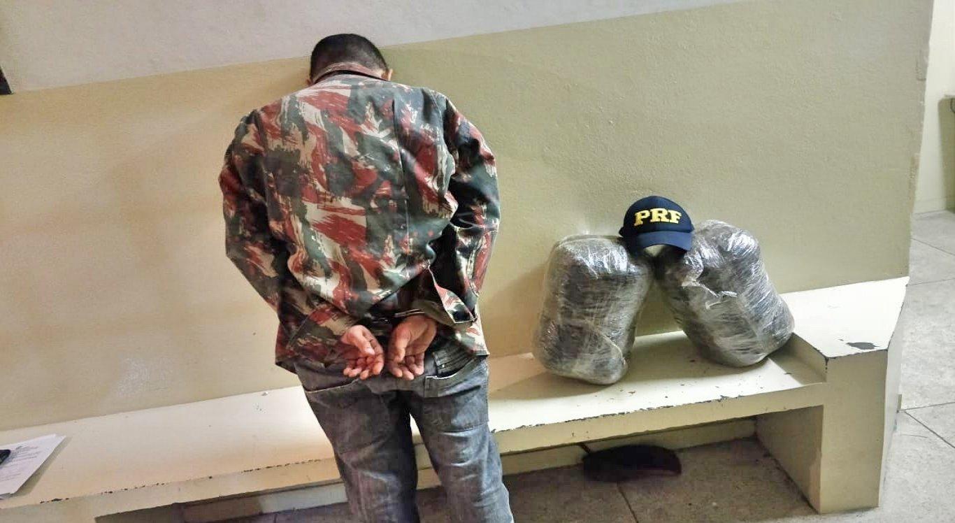 O homem que estava transportando a droga foi encaminhado para a delegacia de Polícia Civil, de Pesqueira.