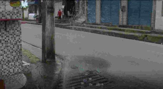 Cano estourado desperdiça água limpa em Nova Descoberta