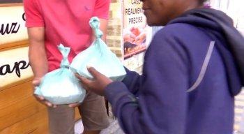 Moradores de rua recebem marmitas