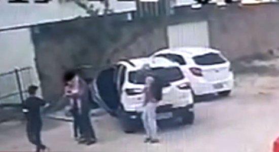 Homens armados assaltam família no bairro de Candeias