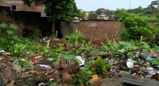 Acúmulo de lixo e risco de queda de muro em escola no bairro do Totó