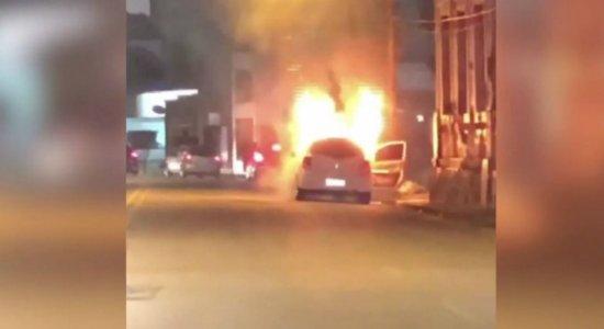 Homem sai de carro pouco antes de veículo pegar fogo em Casa Forte