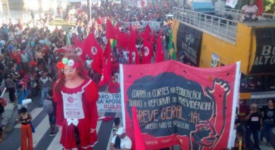 Ato contra Reforma da Previdência e cortes na educação toma conta do Centro do Recife