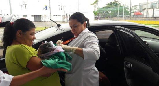 A criança nasceu no banco de trás de um carro em pleno engarrafamento no Recife