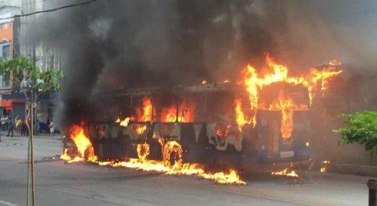 Vídeo: Incêndio em ônibus na Av. Conde da Boa Vista