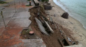 Trecho caído na orla de Casa Caiada, em Olinda