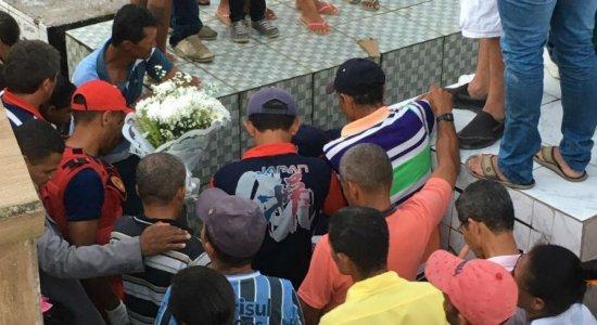 Dor e tristeza marcam enterro de menina de três anos vítima de bala perdida