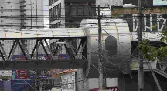 Vídeo: passarela no bairro do Pina está abandonada