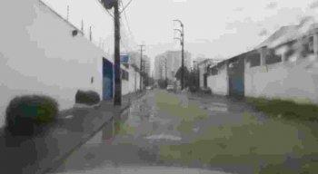 Segundo os motoristas, buracos e lama tomam conta de rua na Imbiribeira