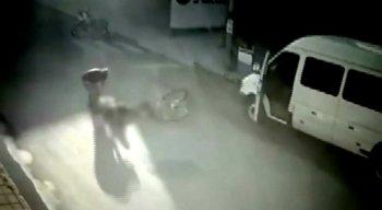A vítima bate na porta da van e é atingida pelo carro branco, logo em seguida